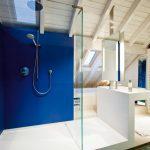Lluny de la freda funcionalitat del passat, avui dia el bany s'ha transformat en un espai més habitable. Un lloc on la distribució està en sintonia amb la resta de l'habitatge, amb materials més càlids i agradables. La nostra visió del bany actual té tant a veure amb la higiene personal com amb la relaxació i plaure de cuidar-se.