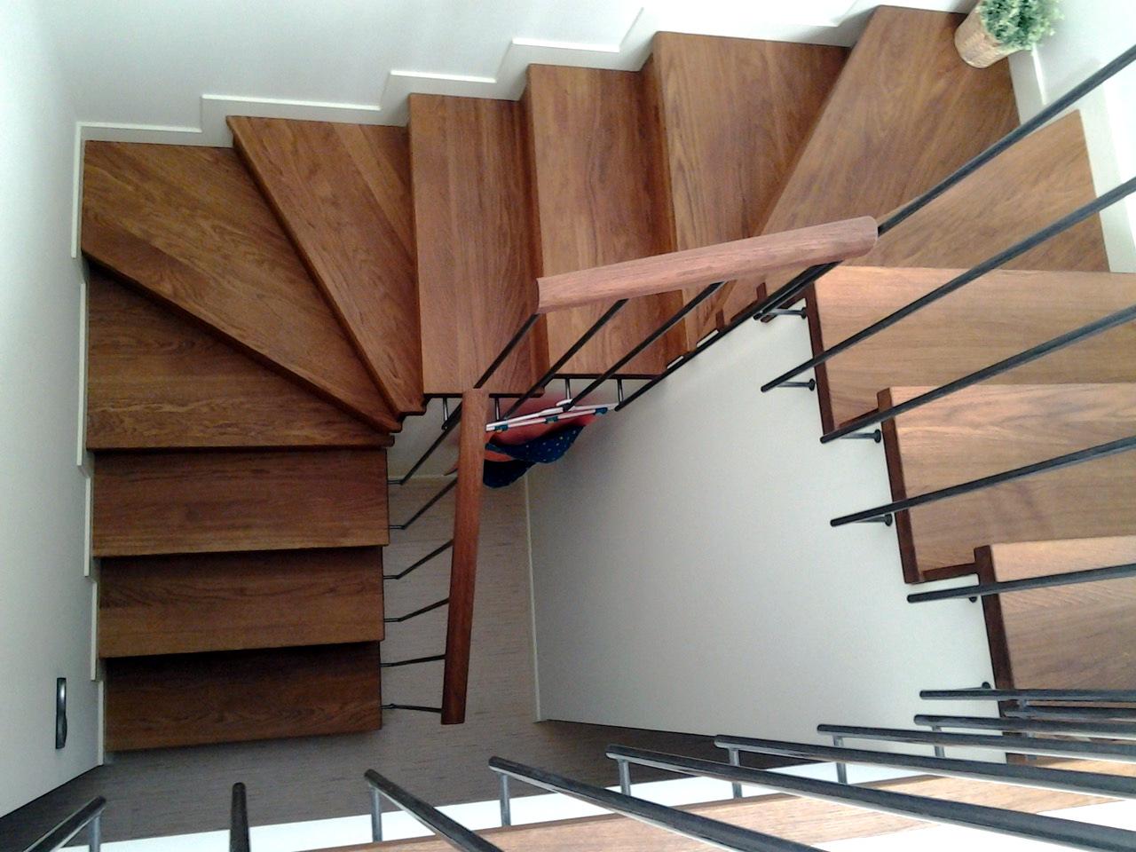 ESCALES DE DISSENY Escales i baranes a mida en fustes nobles o combinades amb altres materials tant per a interiors com exteriors. Rectes, d'anada i tornada, en U, ovalades, elíptiques, de cargol o compensades.
