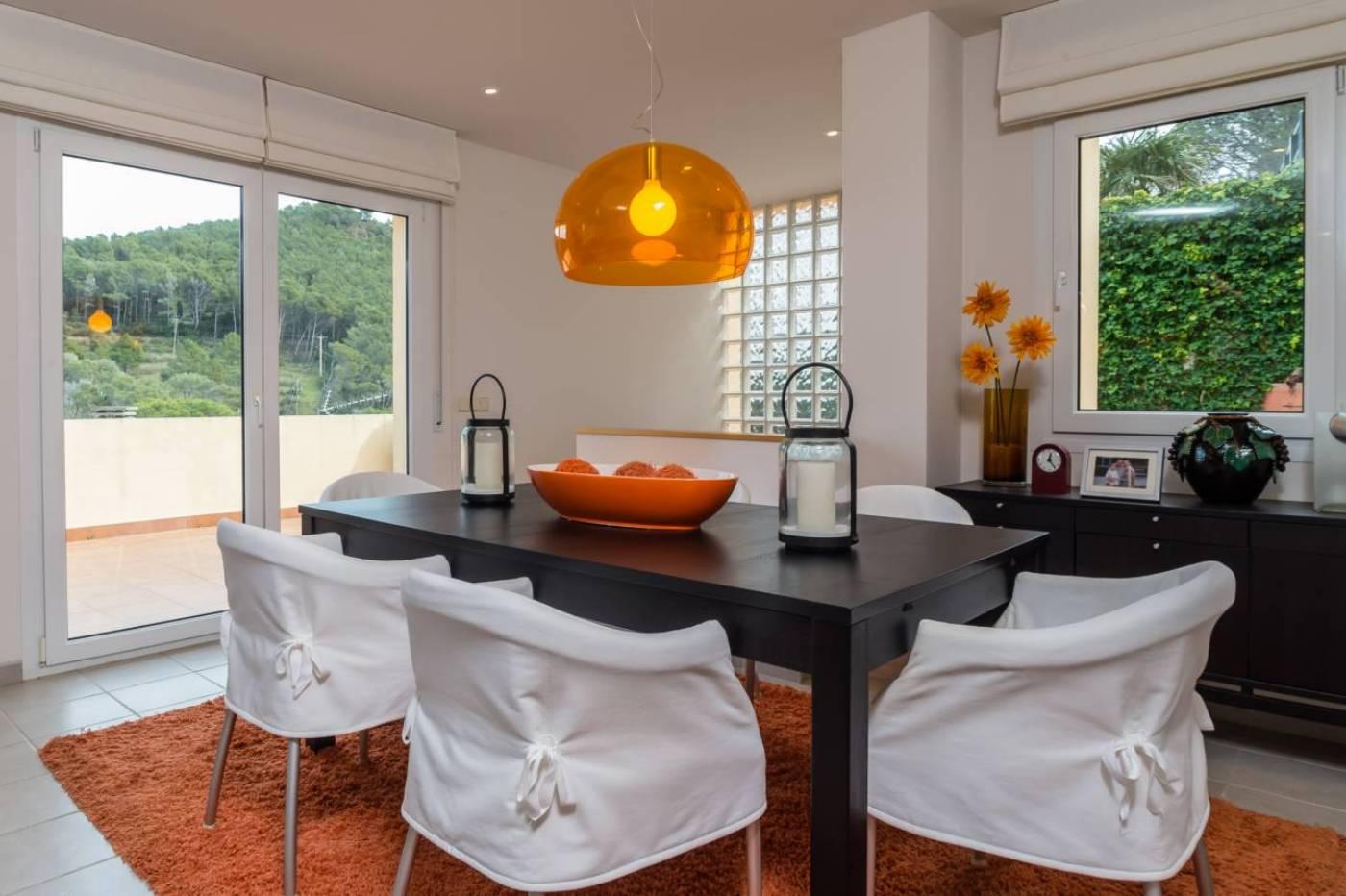 Fabriquem mobles a mida, armaris, llits, taules, cuines, banys, portes, parquets de fusta (naturals, sintètics, resistents a l'aigua…), etc.