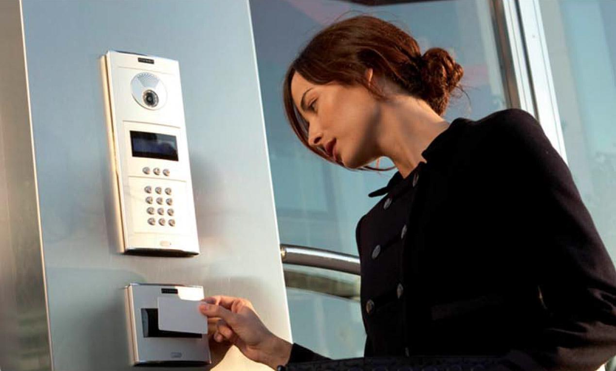 CONTROL D'ACCÉS previngui l'accés no autoritzat o restringeixi l'accés a àrees sensibles de les seves instal·lacions amb sofisticats punts de control d'accés. Alhora recopili i analitzi el tràfic de persones amb els nostres sistemes de control d'accés.